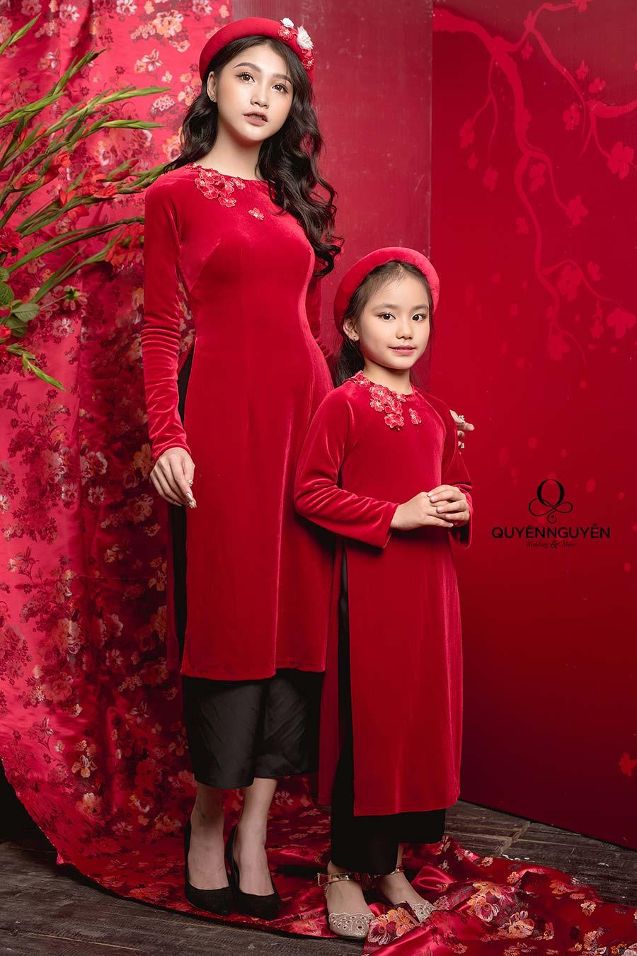 Áo dài cách tân kết hợp với quần jean nhung đỏ