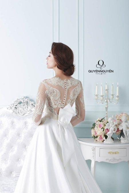 Váy cưới họa tiết ẩn hiện sau lưng