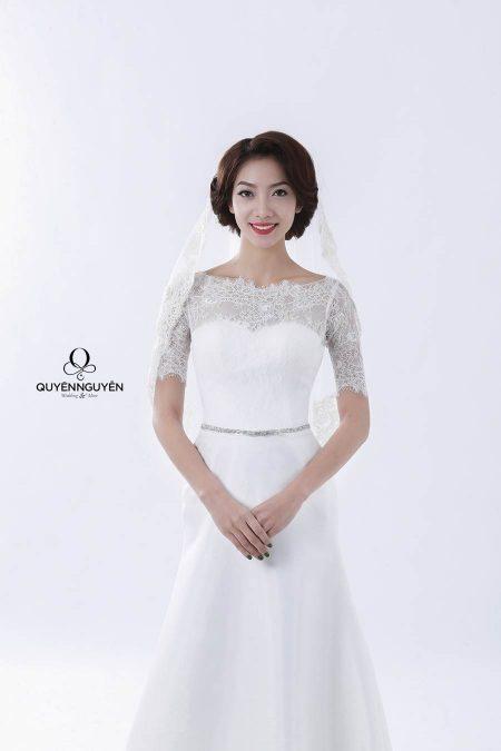 Váy cưới dáng A với khăn trùm đầu
