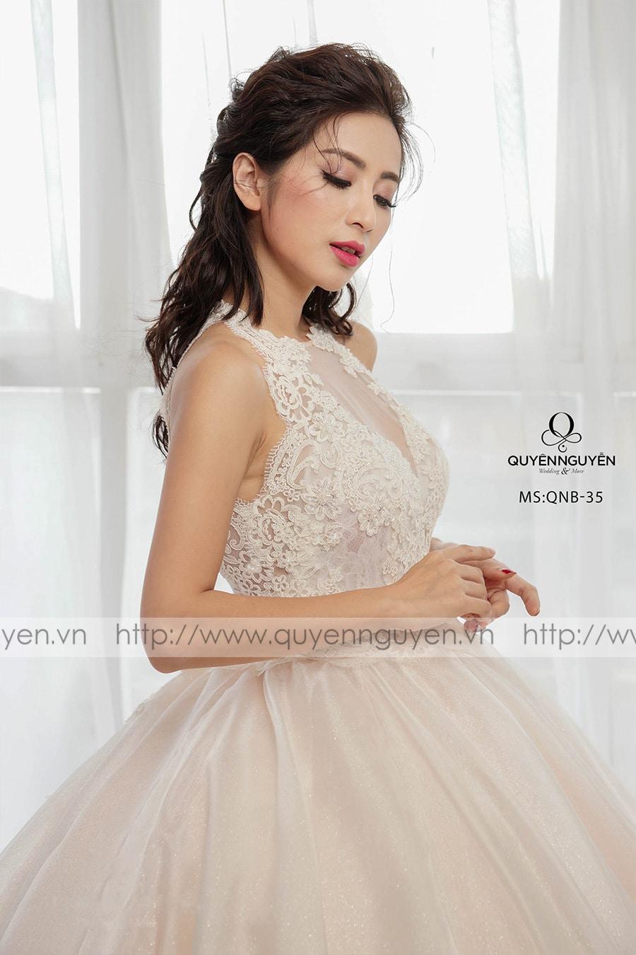 Váy cưới dáng bồng cổ yếm
