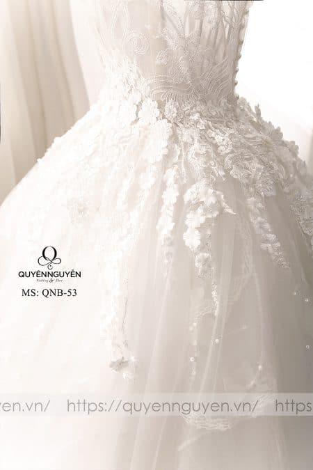 Các mẫu thiết kế váy cưới đẹp thường đính hoa dọc thân váy