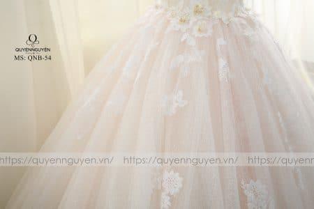 Váy cưới lộng lẫy với ren và họa tiết