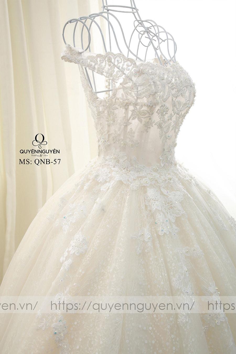 Váy cưới sang trọng đính hoa bằng ren