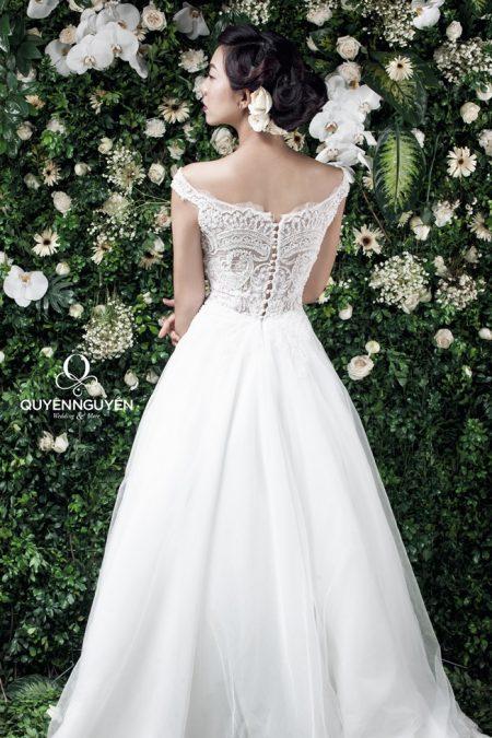 Váy cưới dáng A khoe vai trần