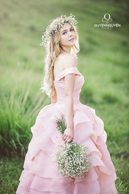 Váy cưới màu hồng dâu