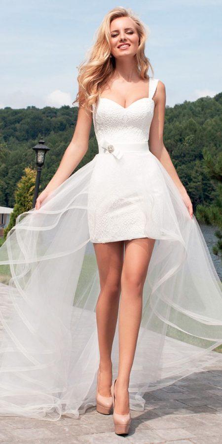 Váy cưới ngắn có đuôi là voan mỏng
