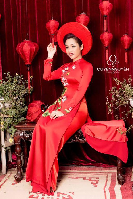 Áo dài ăn hỏi màu đỏ đội mấn