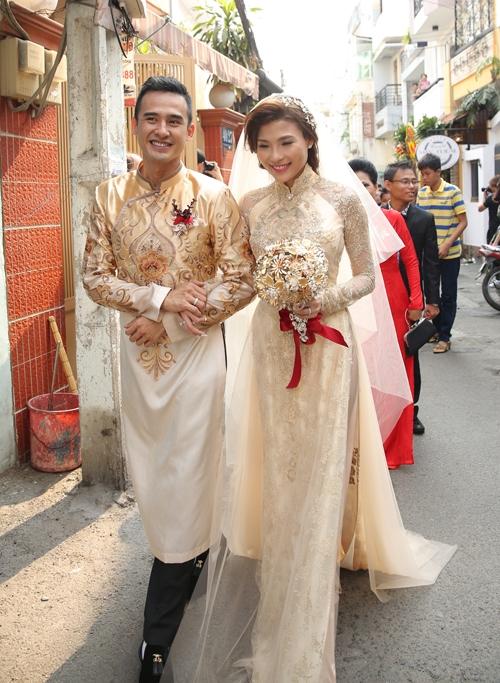 Áo dài cưới vàng ánh kim với khăn voan