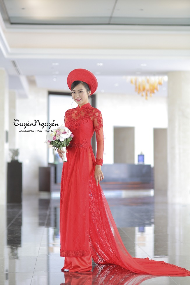 Áo dài đuôi dài màu đỏ với khăn đóng