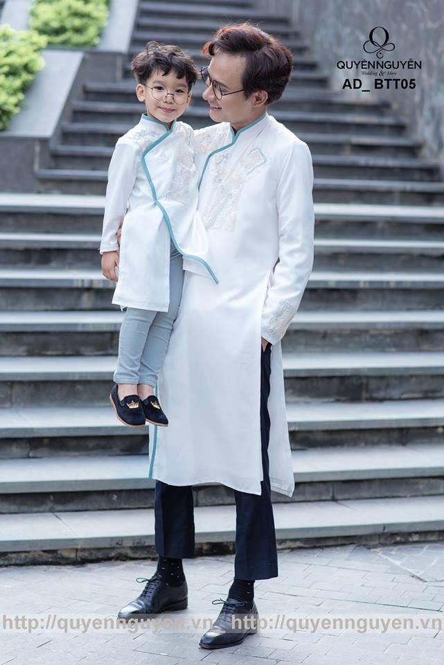 Áo dài cách tân bố và con trai màu trắng