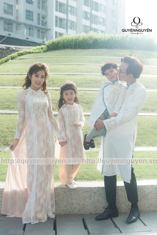 Áo dài cách tân màu trắng gia đình