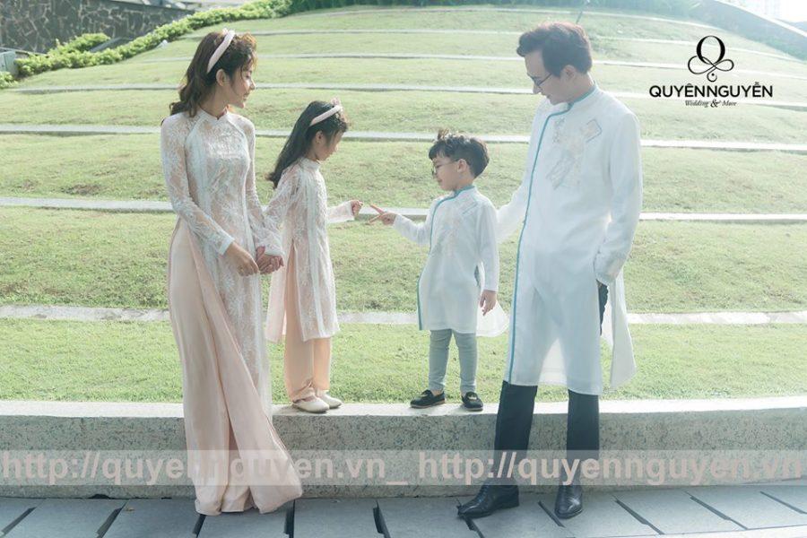 Áo dài cách tân màu trắng cho gia đình