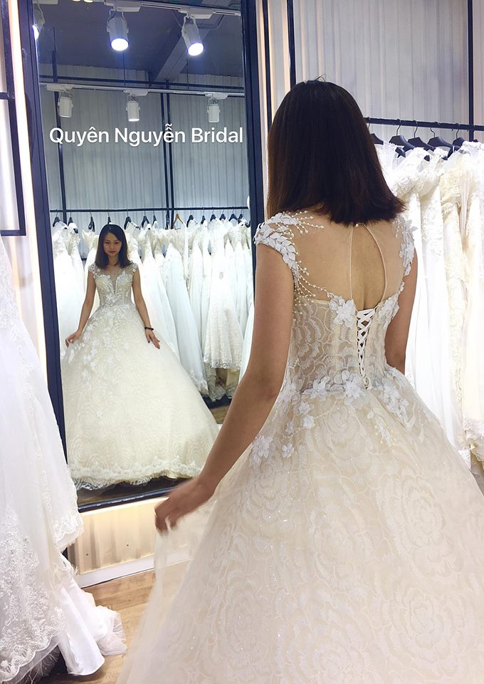 Cô dâu thử váy cưới