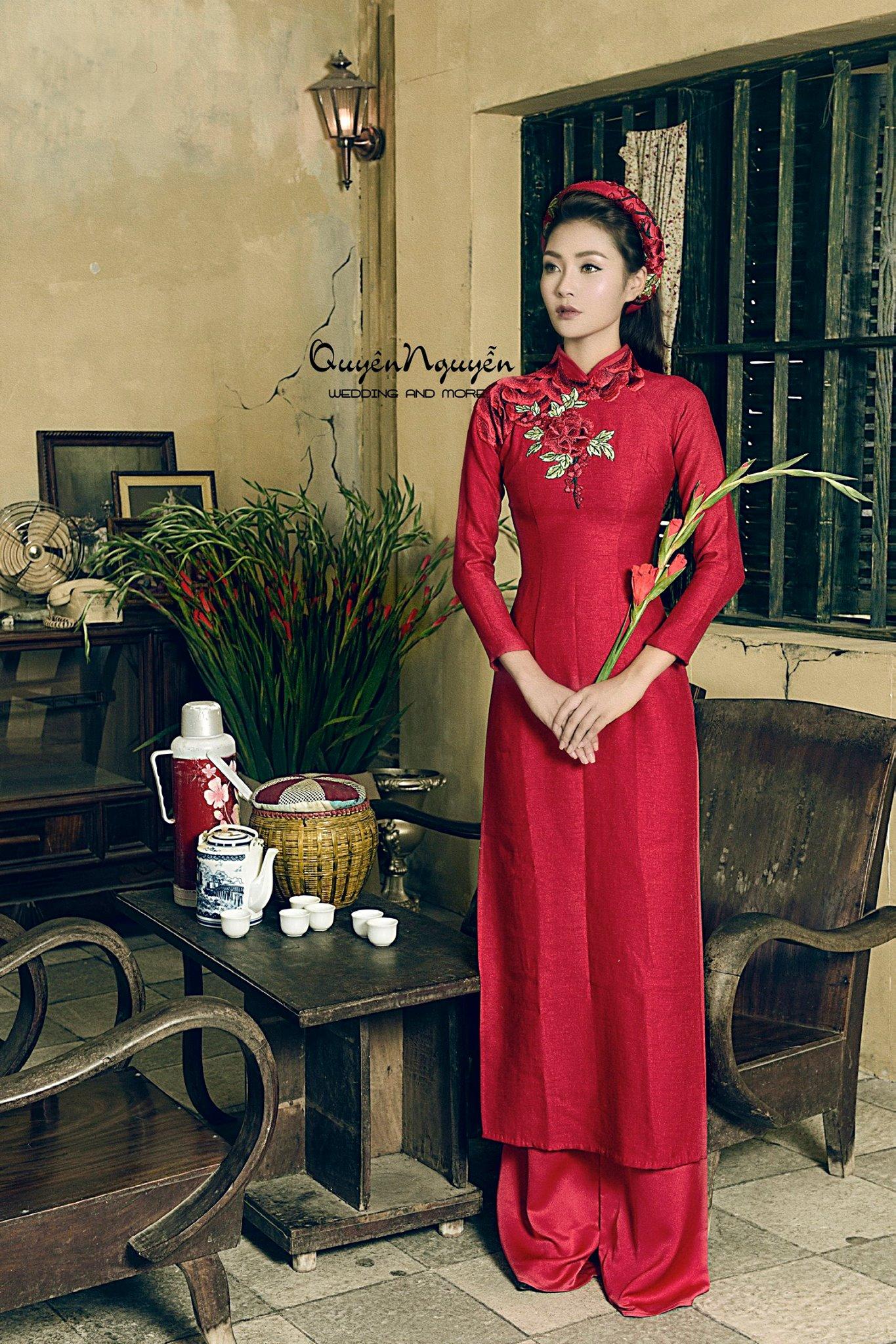 Áo dài gấm đội mấn màu đỏ