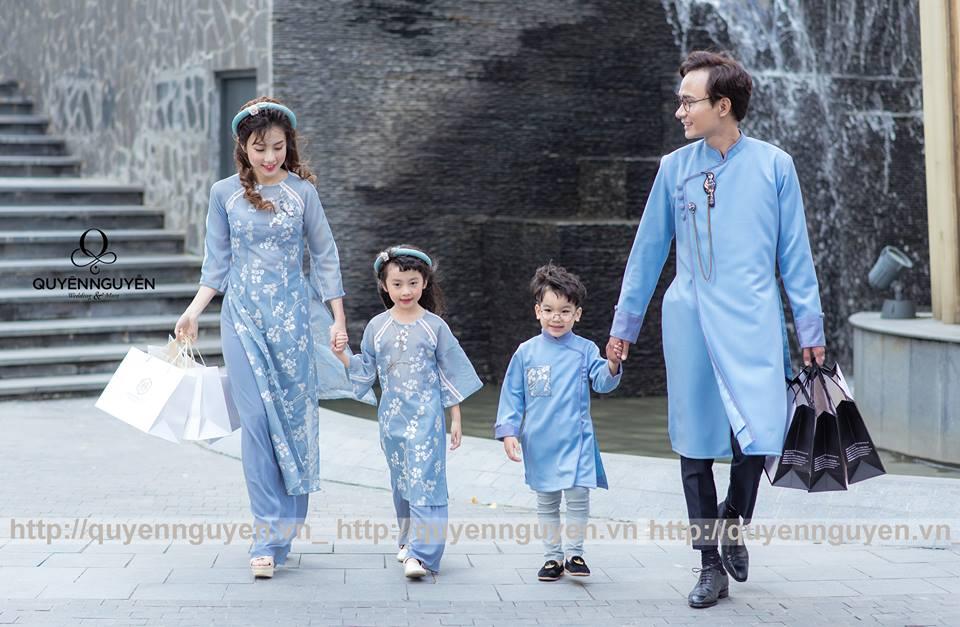 Áo dài cách tân cho gia đình màu xanh lơ