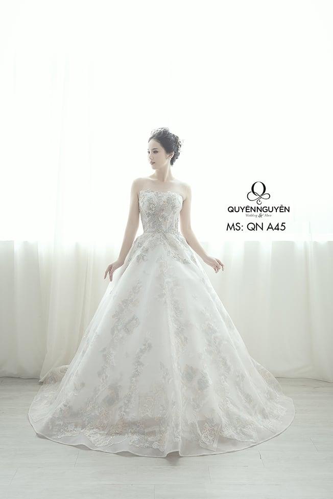 Mẫu váy cưới dáng suông thêu tay với màu hồng ngọt ngào
