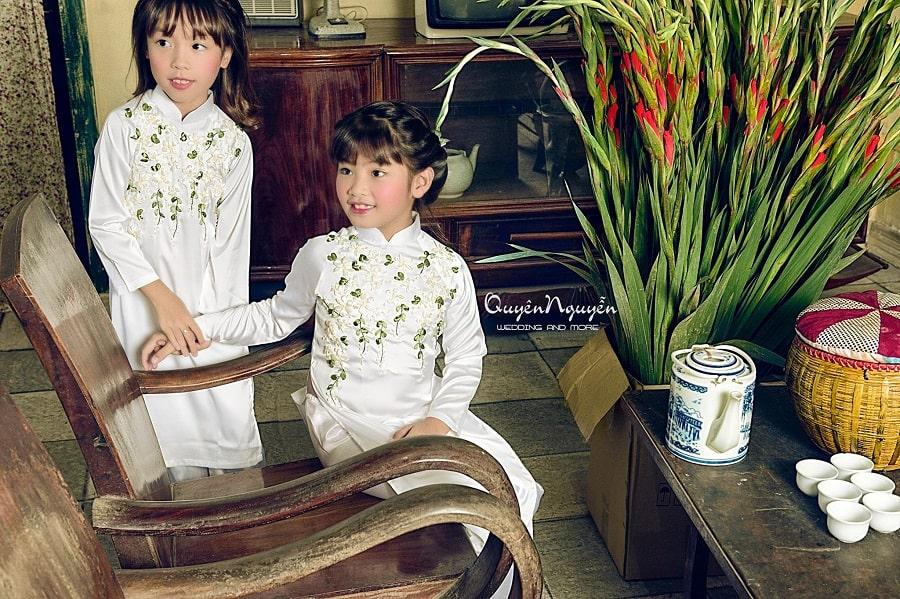 Áo dài cách tân cho bé màu trắng