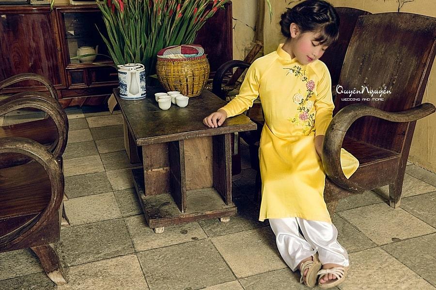 Áo dài cách tân cho bé màu vàng