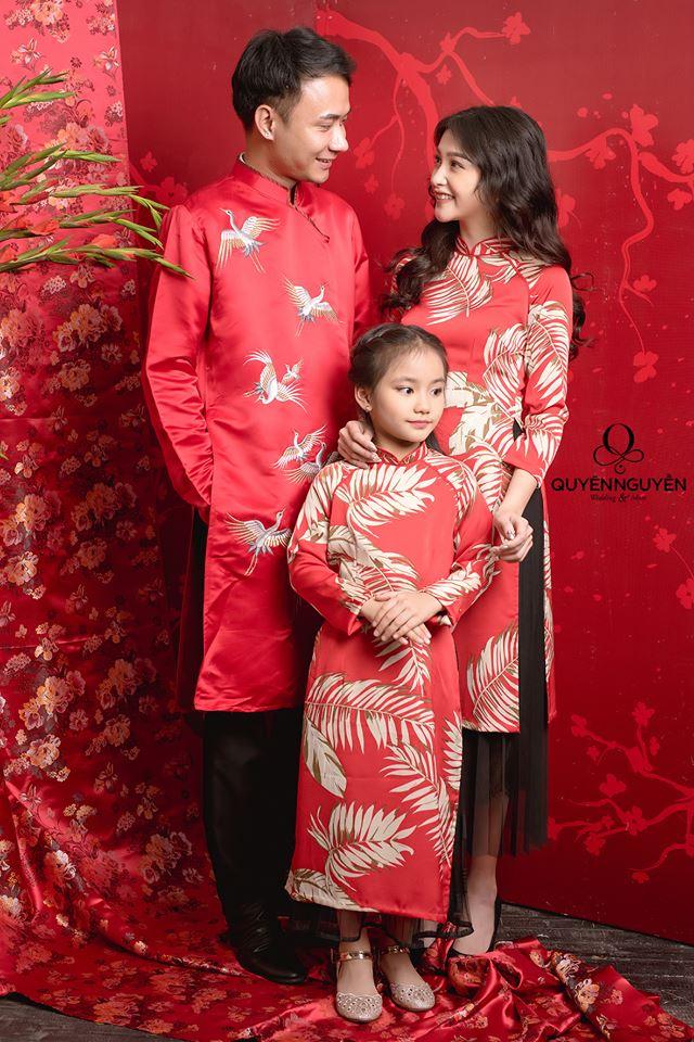 Áo dài cách tân cho gia đình màu đỏ họa tiết tre