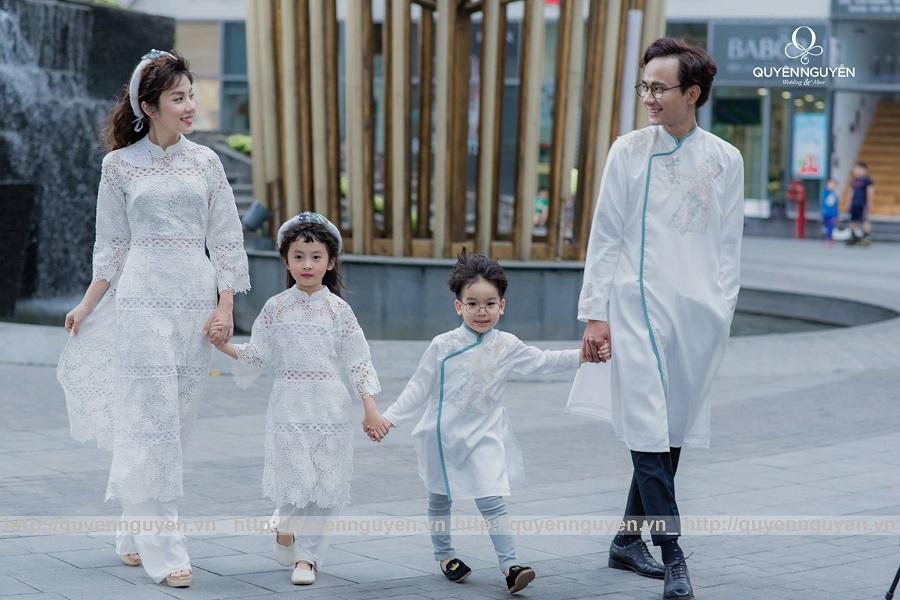 Áo dài cách tân cho gia đình ren trắng