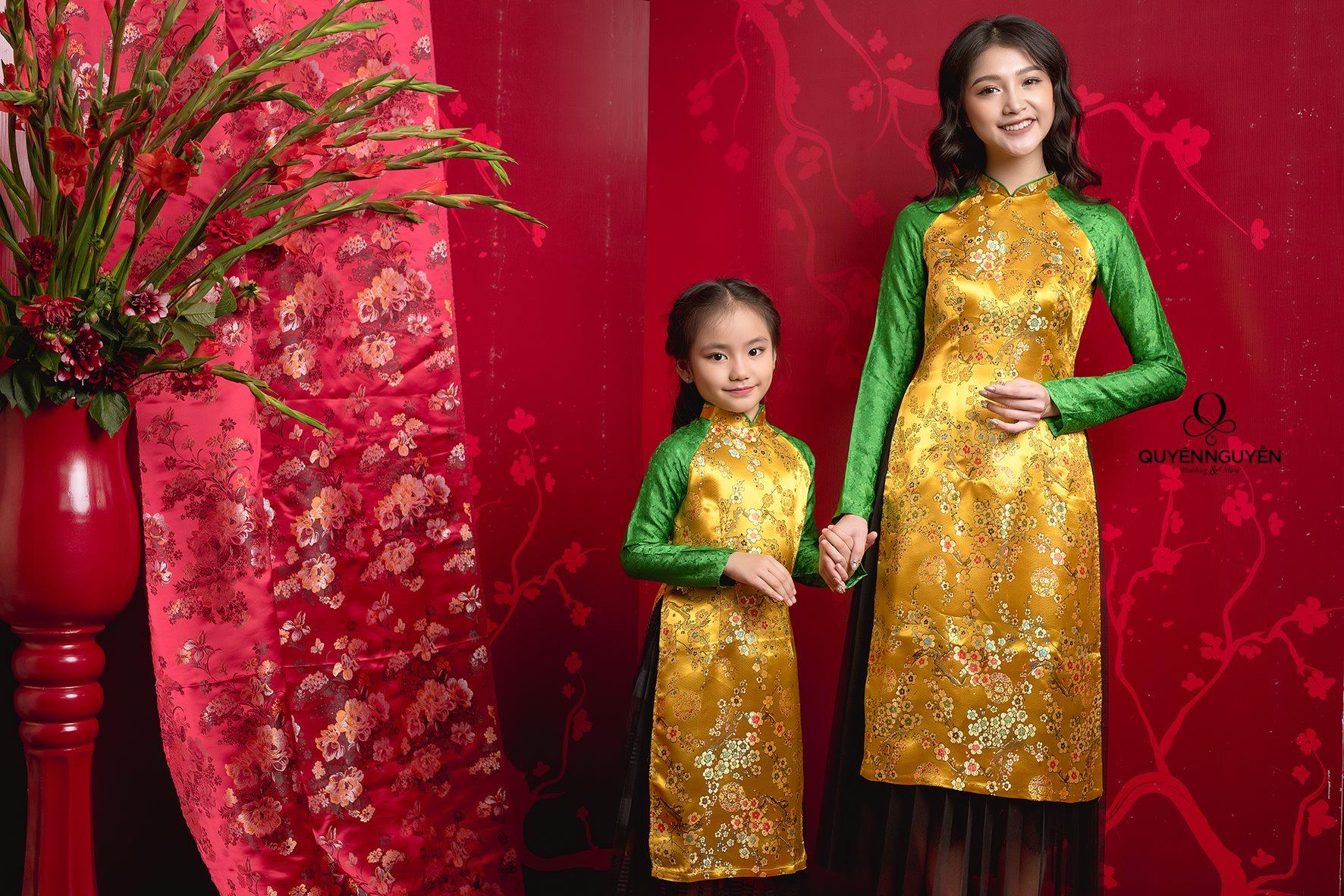 Áo dài cách tân cho mẹ và bé gấm hoa đào