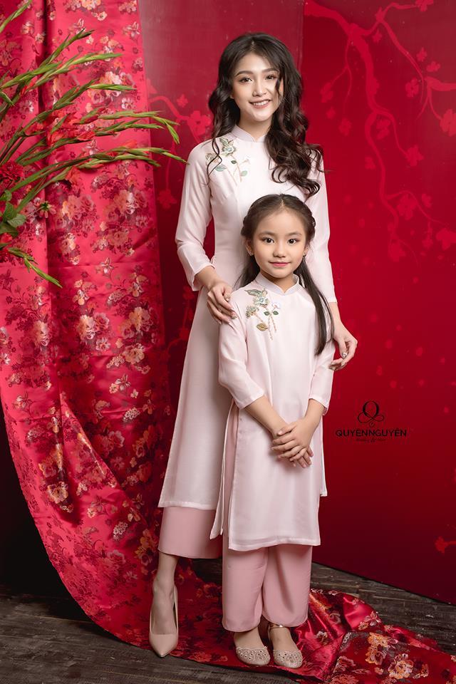 Áo dài cách tân cho mẹ và bé màu hồng phấn
