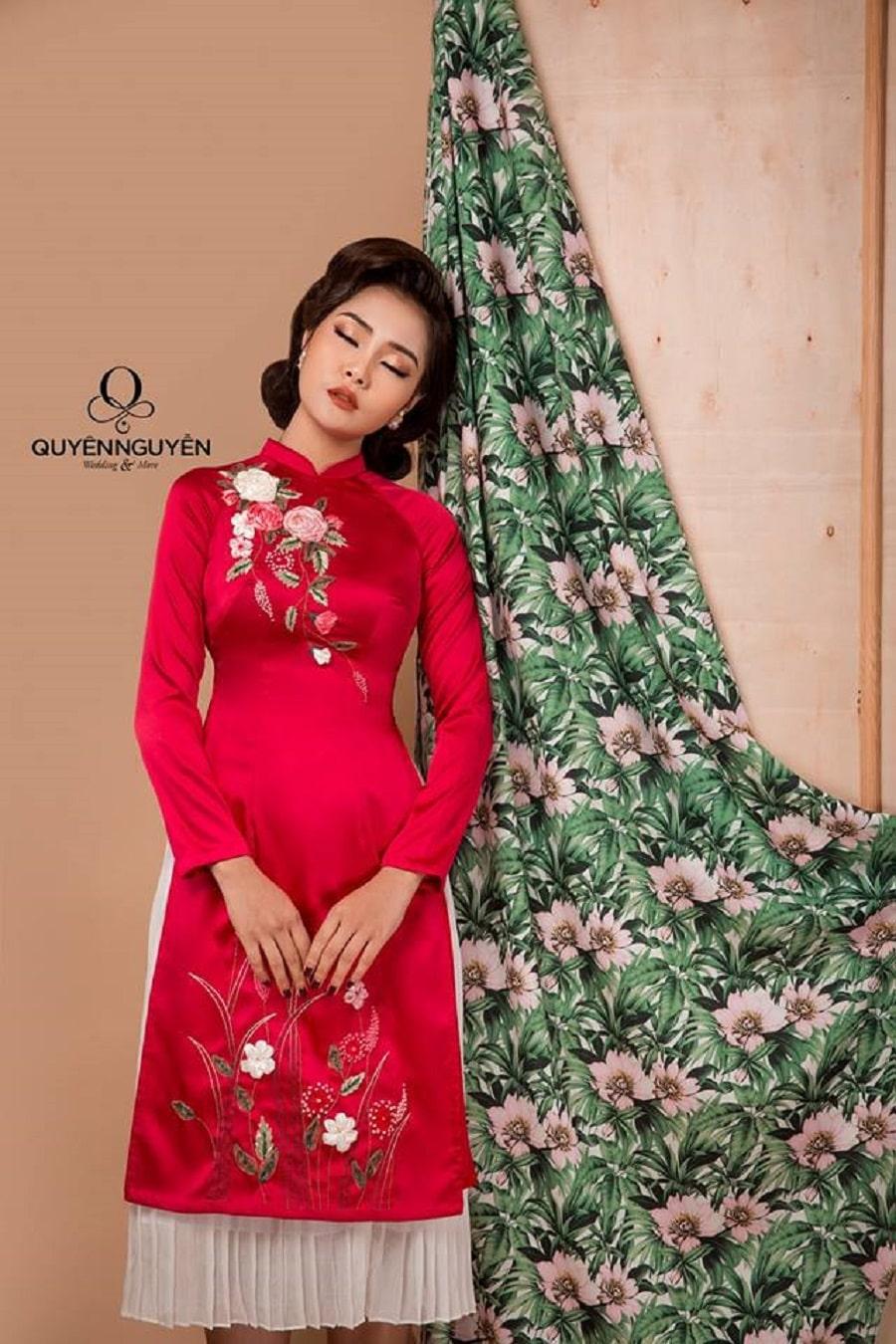 Áo dài cách tân đỏ thêu hoa ruy băng