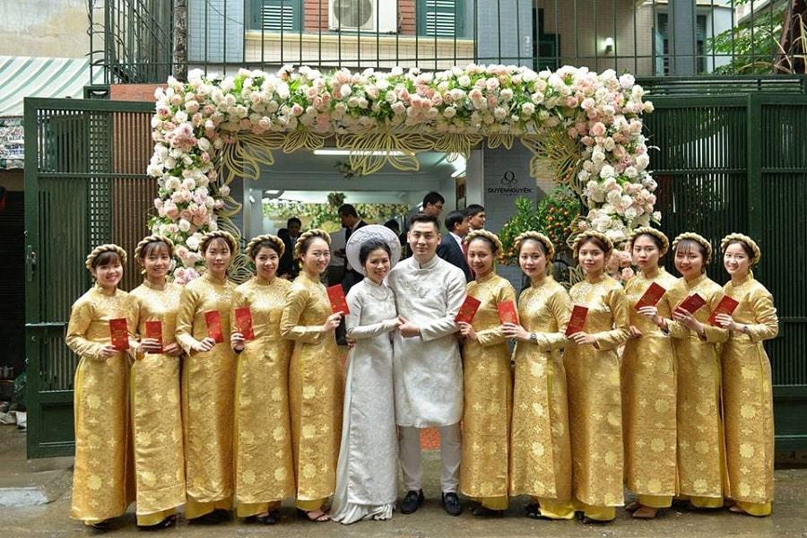 Áo dài cách tân đồng phục nữ màu vàng họa tiết hoa