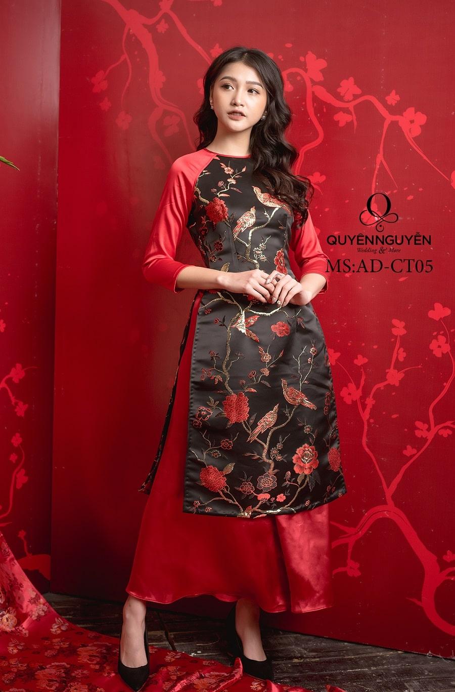 Áo dài cách tân gấm thêu hoa đỏ