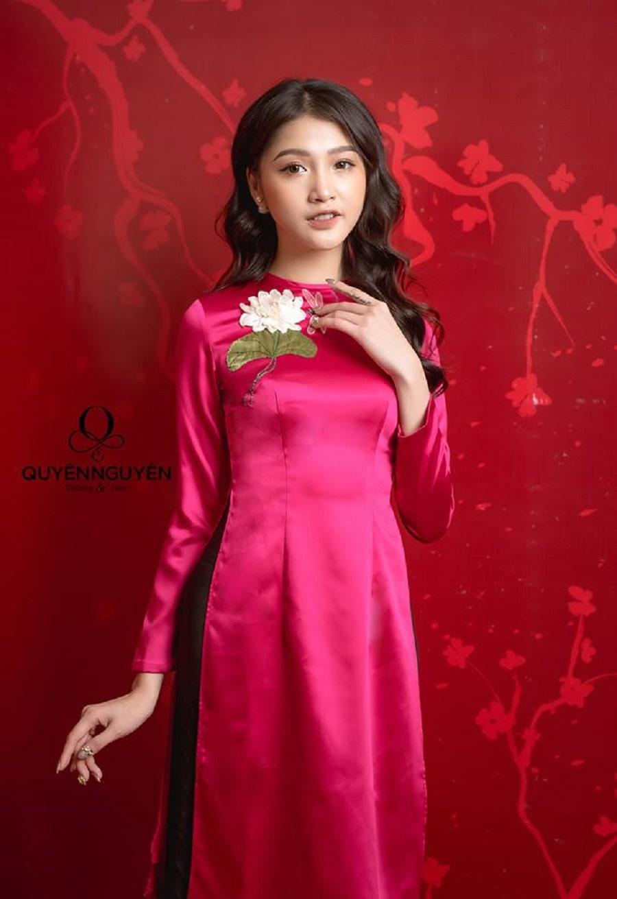 Áo dài cách tân thêu hoa hồng cánh sen