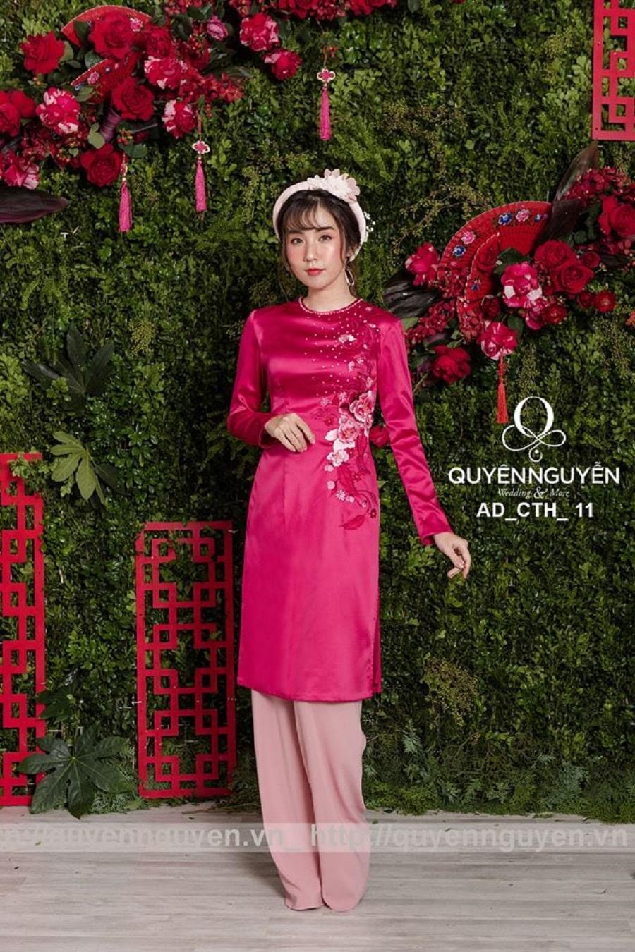 Áo dài cách tân thêu hoa nổi hồng cánh sen và hồng pastel