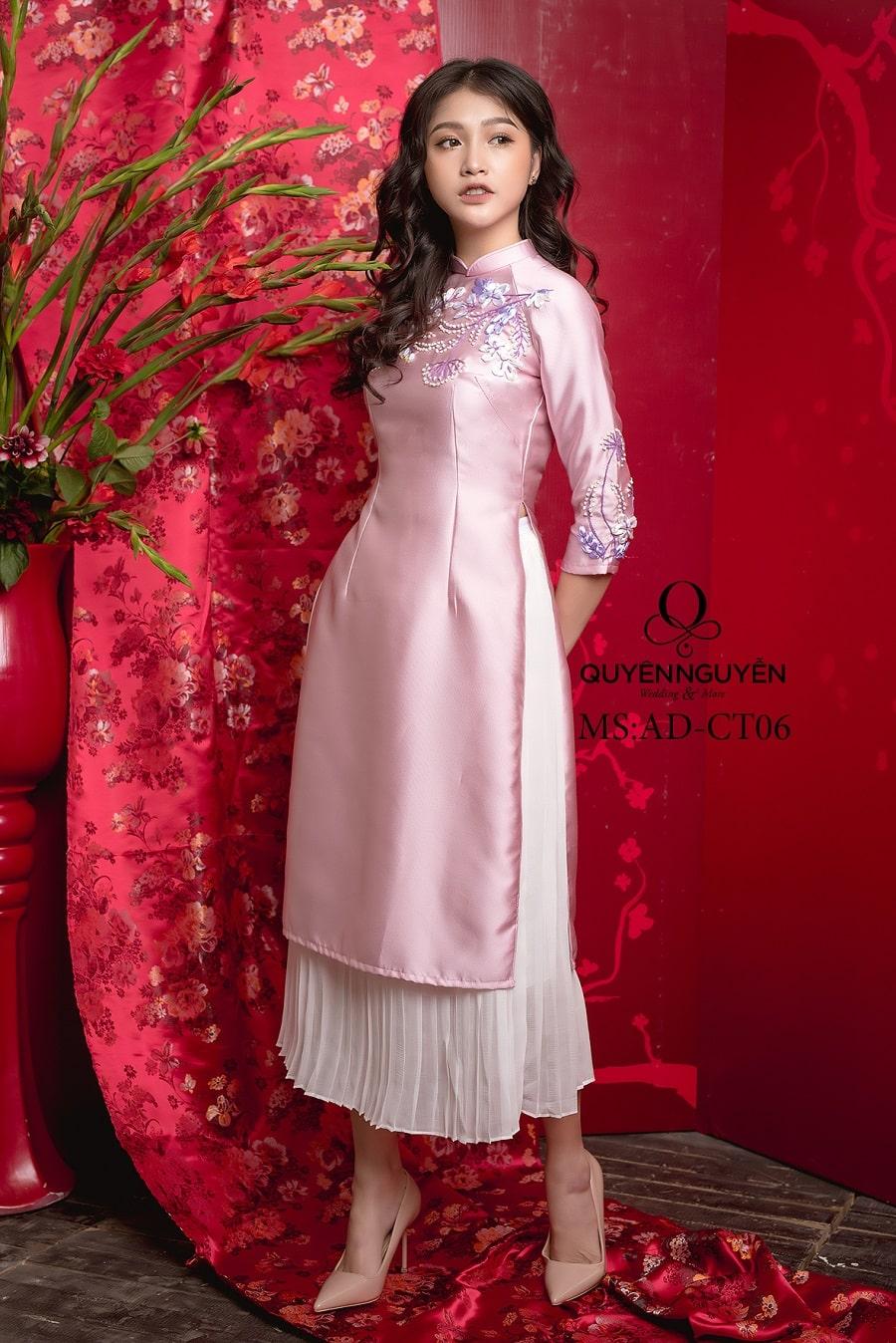 Áo dài cách tân thêu hoa nổi hồng nhạt