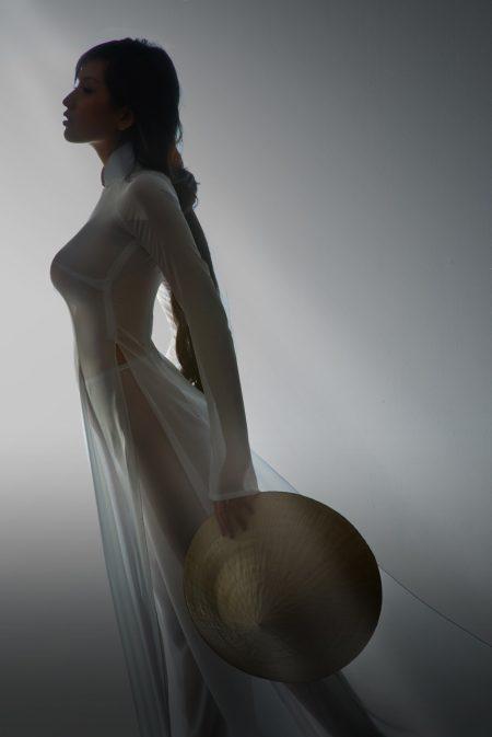 Ảnh áo dài xuyên thấu của hoa hậu Mai Phương Thuý