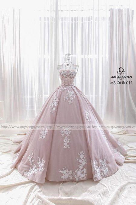 Váy cưới thêu hoạ tiết hoa cỏ nơi chân váy