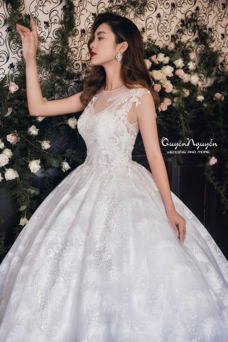 Váy cưới thêu hoạ tiết hoa nơi chân váy