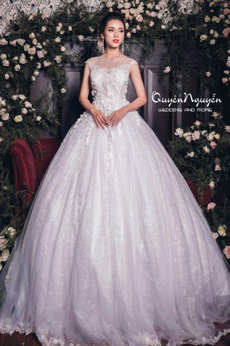 Váy cưới bồng thêu hoa cổ thuyền sang trọng