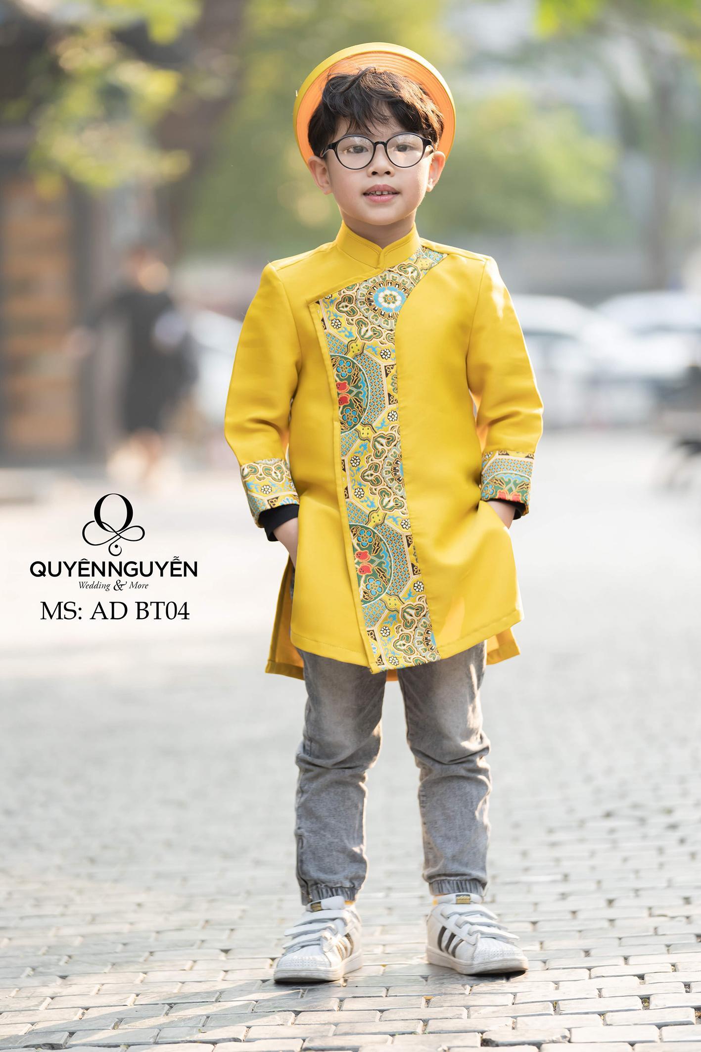 Áo dài bé trai màu vàng họa tiết gấm nổi bật