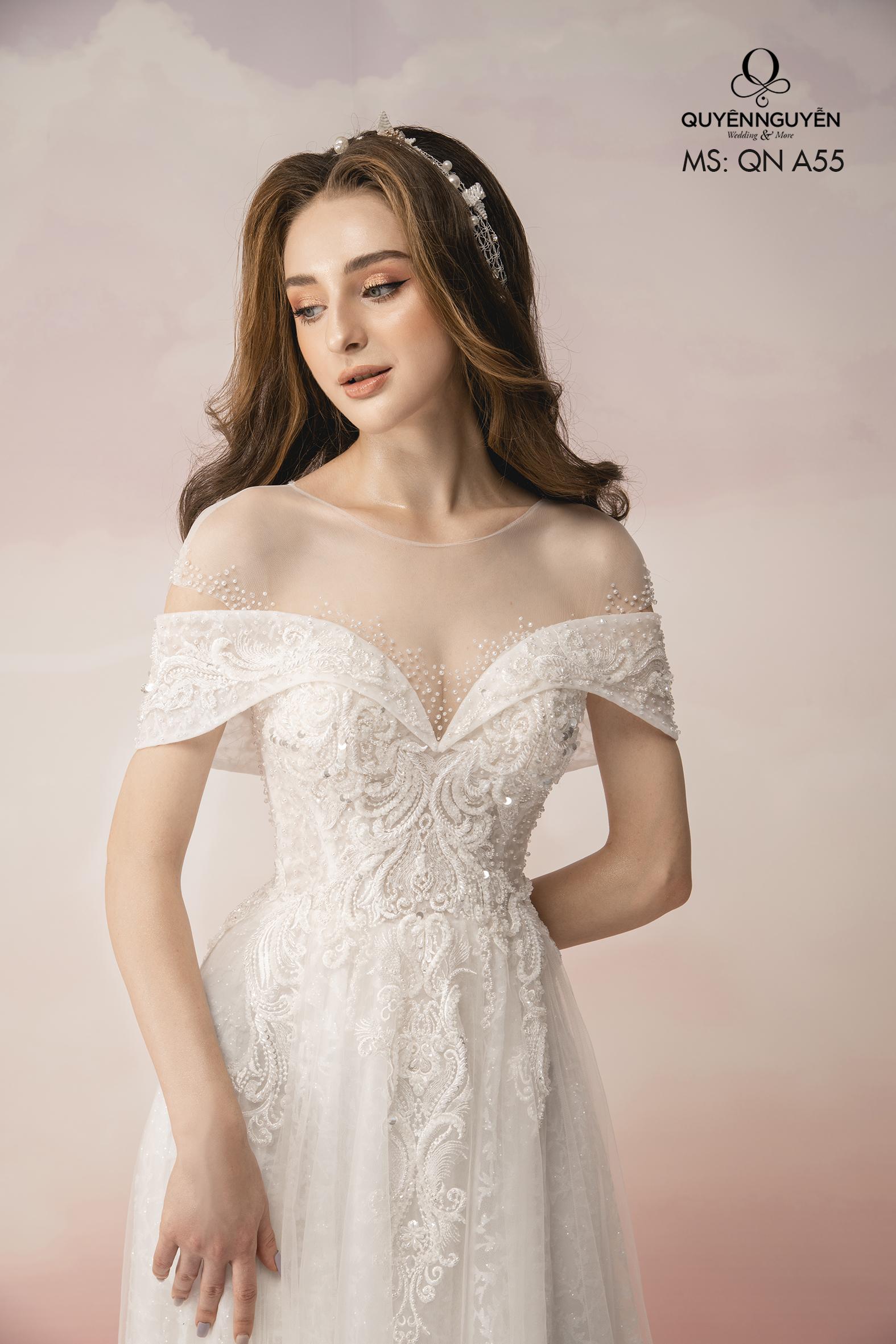 Váy cưới cổ tròn trễ vai