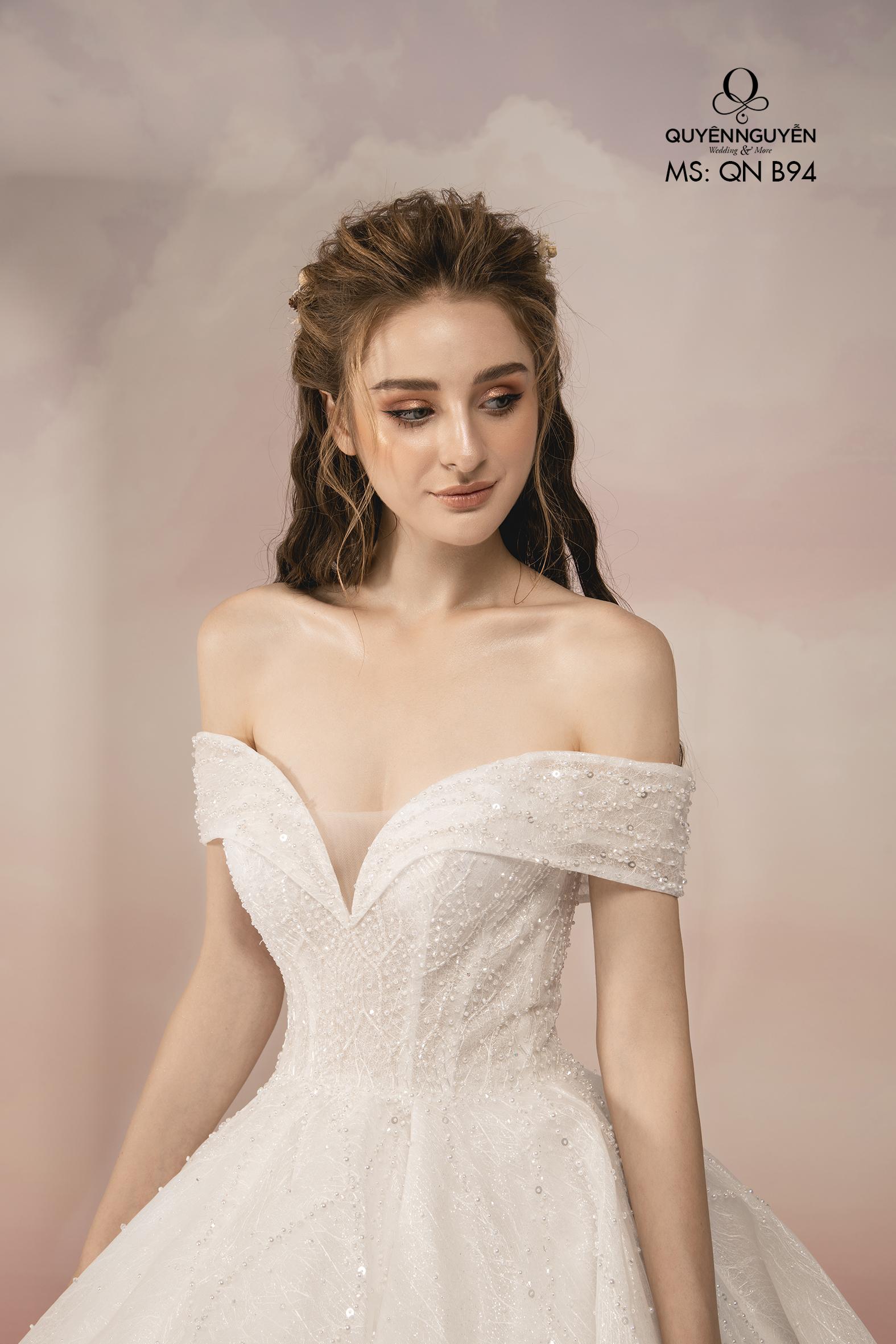 Váy cưới cổ chữ V xẻ sâu
