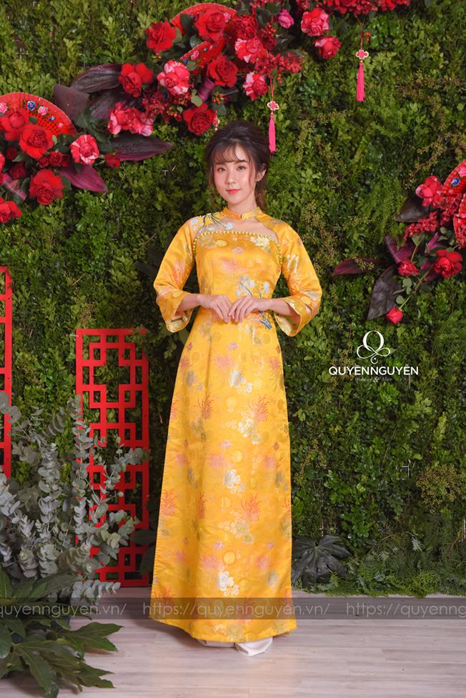 Áo dài cách tân gấm vàng phong cách sườn xám