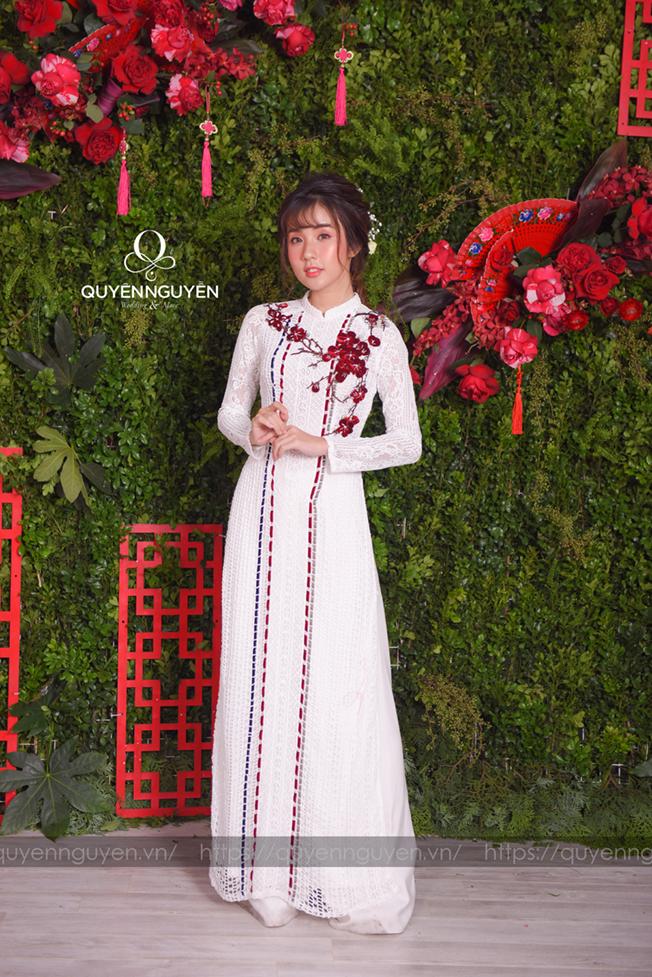 Áo dài cách tân màu trắng ren thêu hoa đỏ