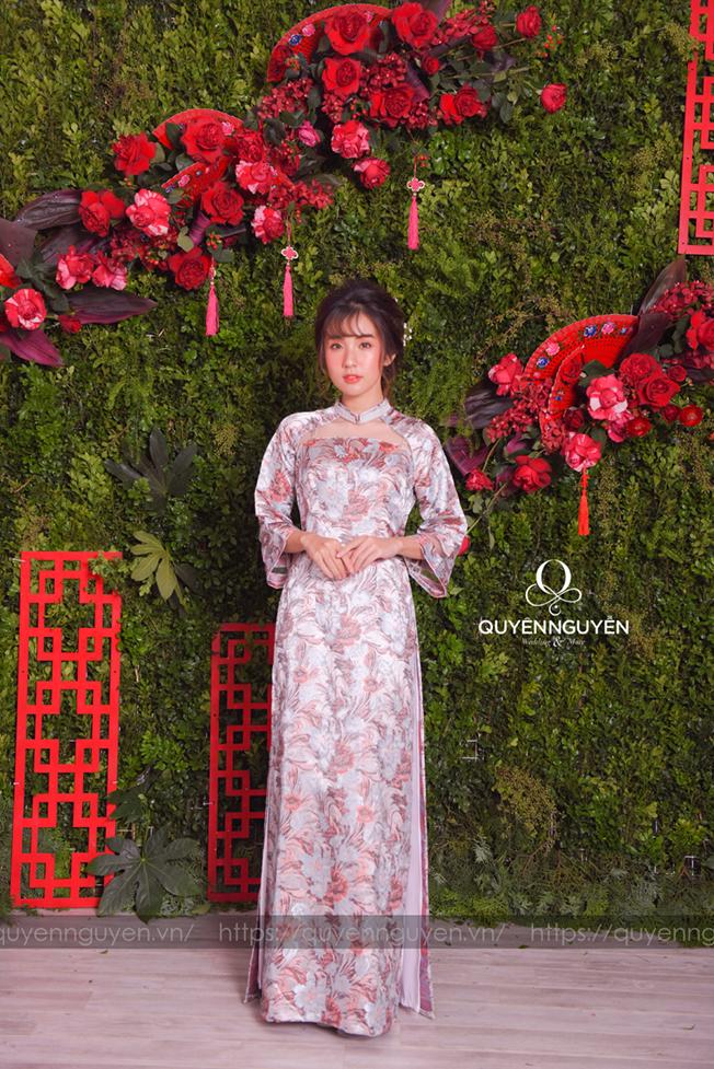 Áo dài cách tân gấm họa tiết hoa mẫu đơn tông xanh hồng ghi lạ mắt