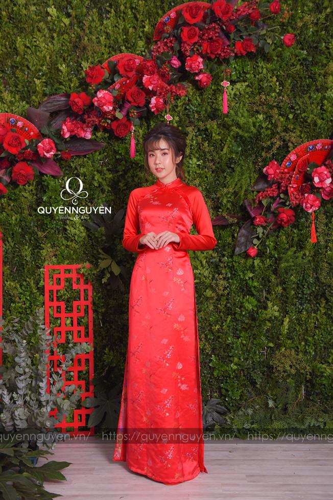 Áo dài cách tân gấm đỏ lụa họa tiết hoa đào