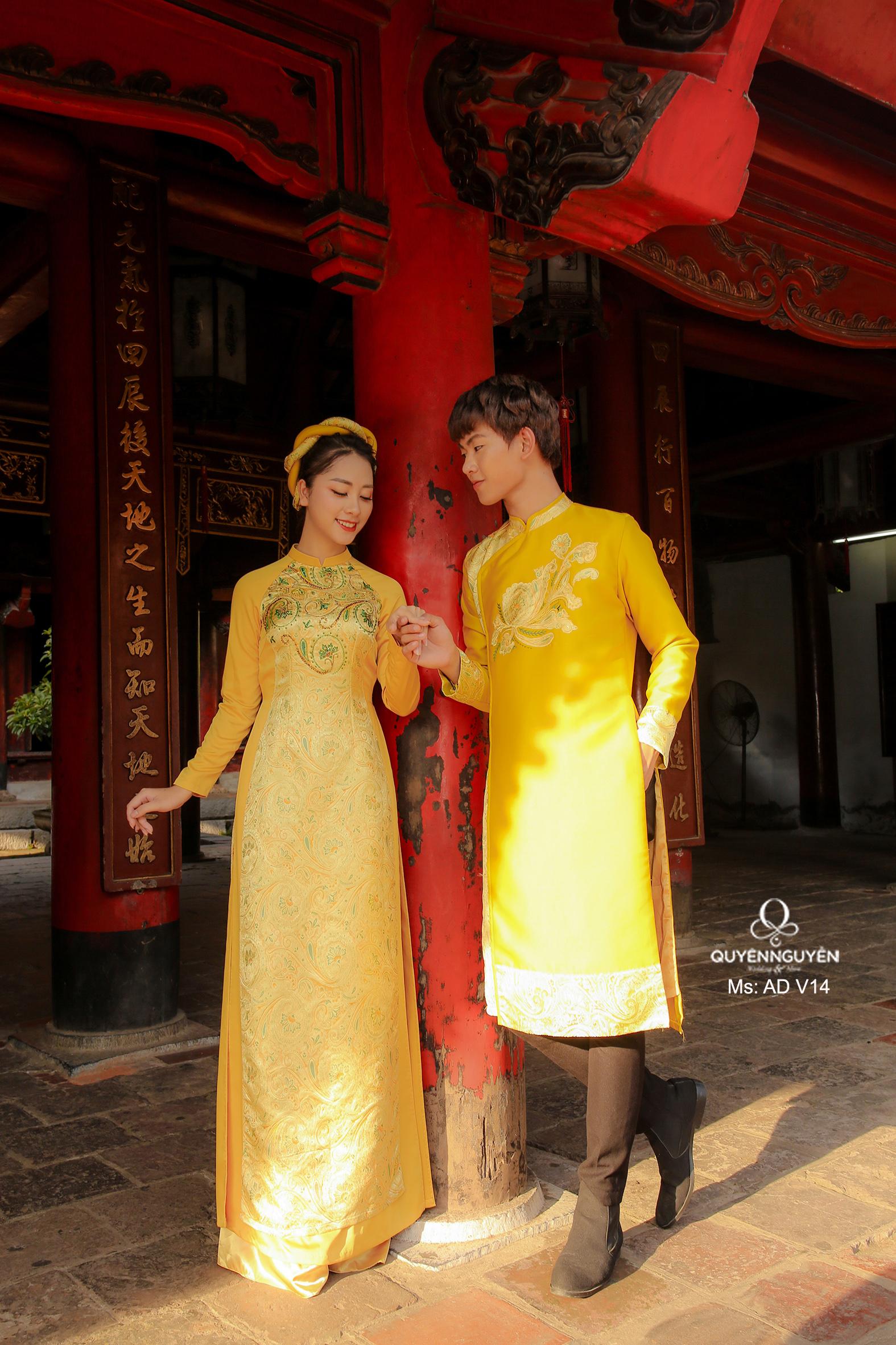 Áo dài cưới lụa vàng họa tiết tương đồng