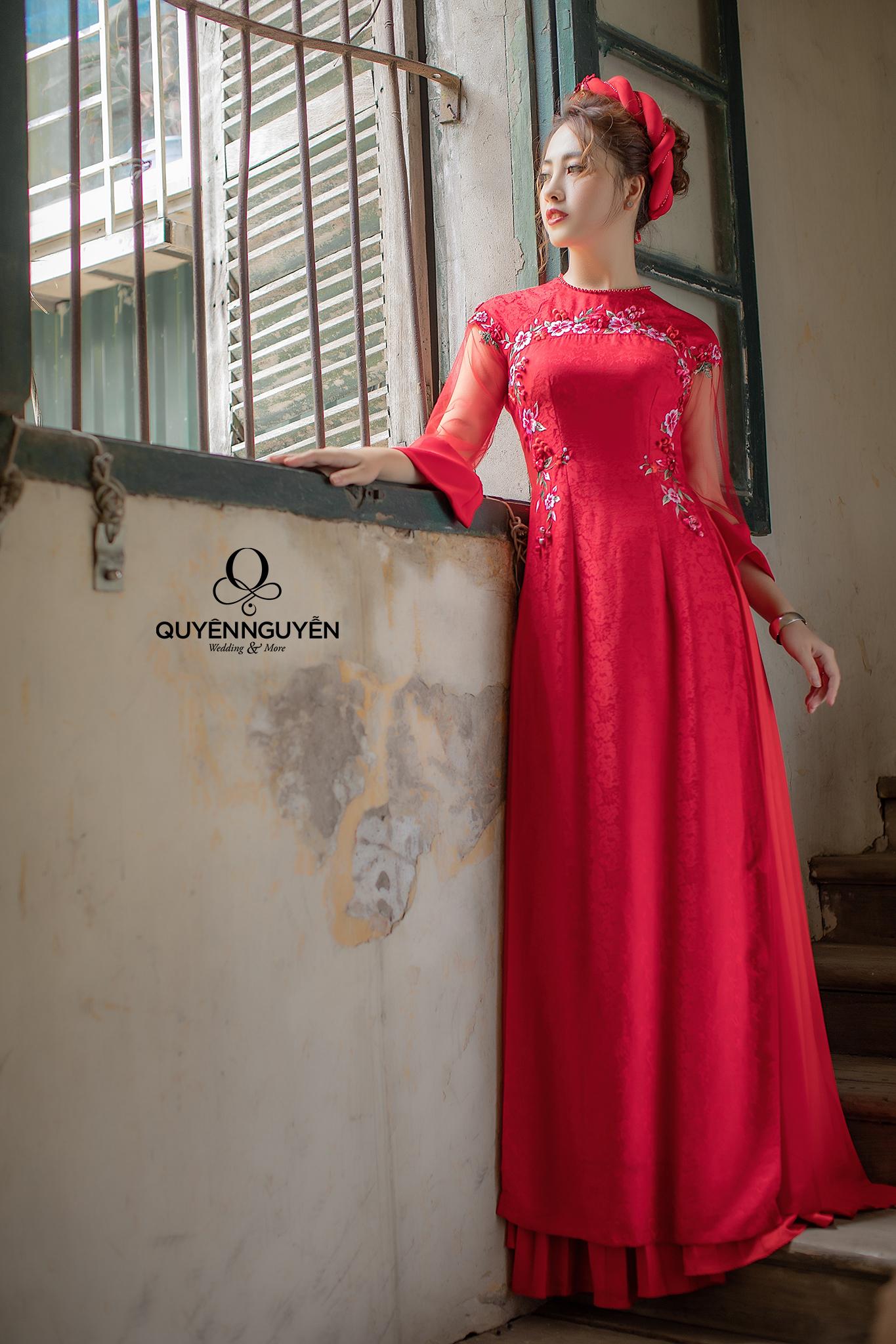 Áo dài gấm đỏ thêu hoa dây 3D