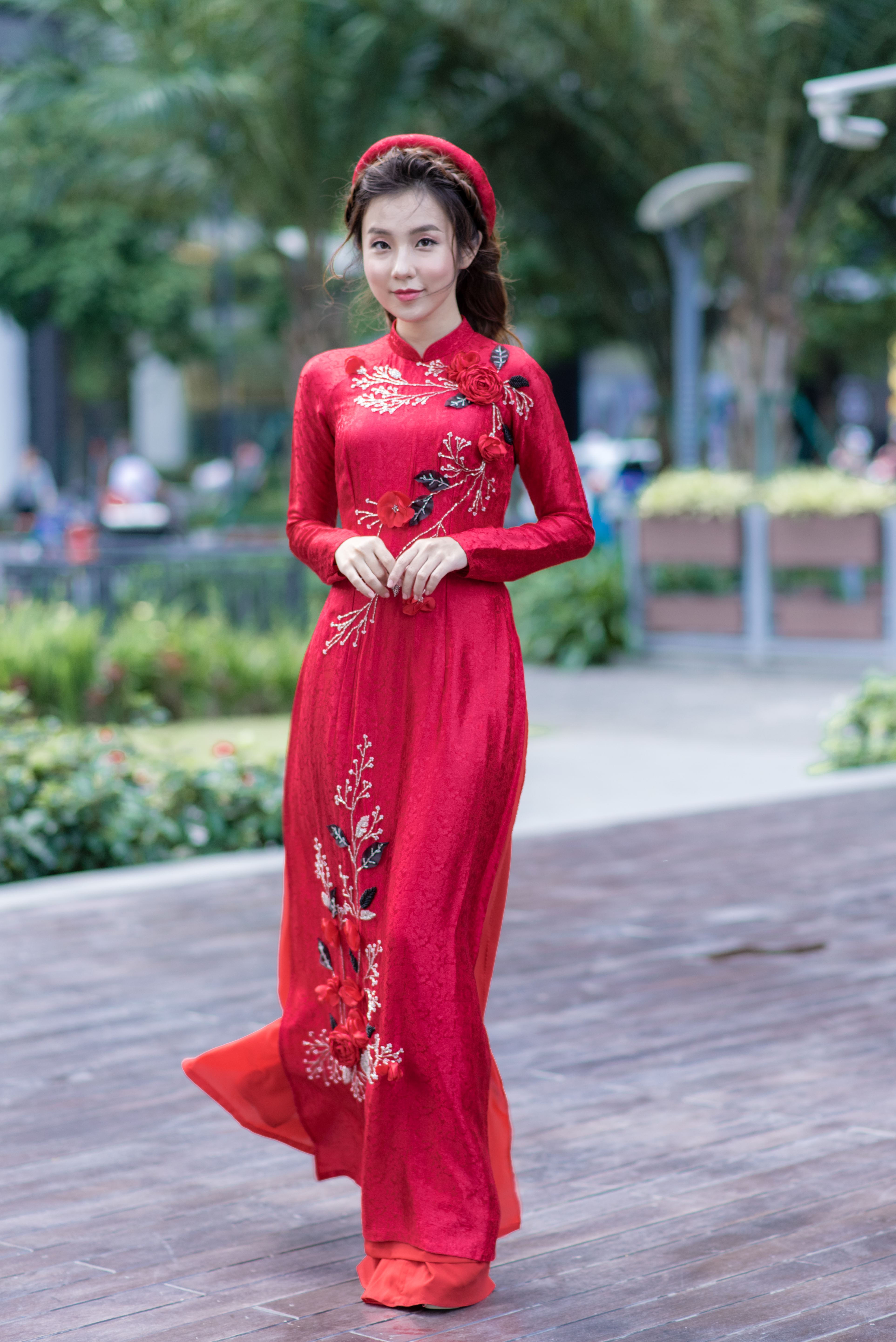 Áo dài cách tân gấm đỏ đính hoa nổi 3D