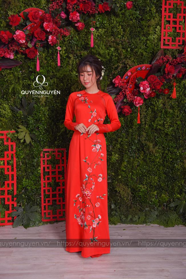 Áo dài cách tân màu đỏ thêu hoa dây leo