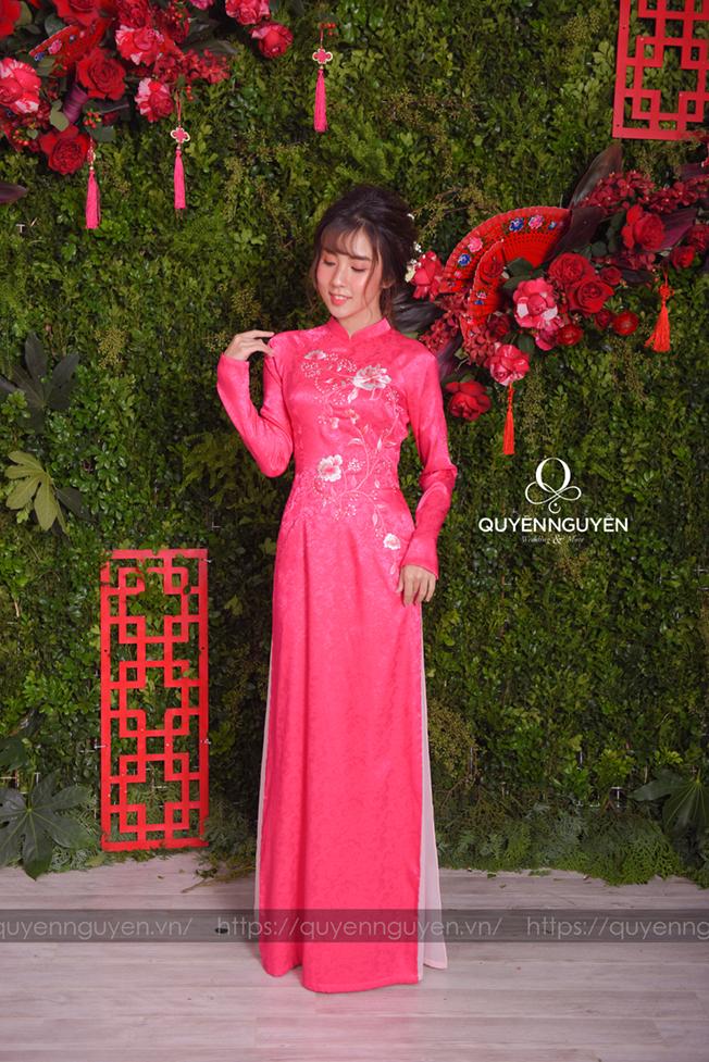 Áo dài cách tân hồng thêu hoa nổi