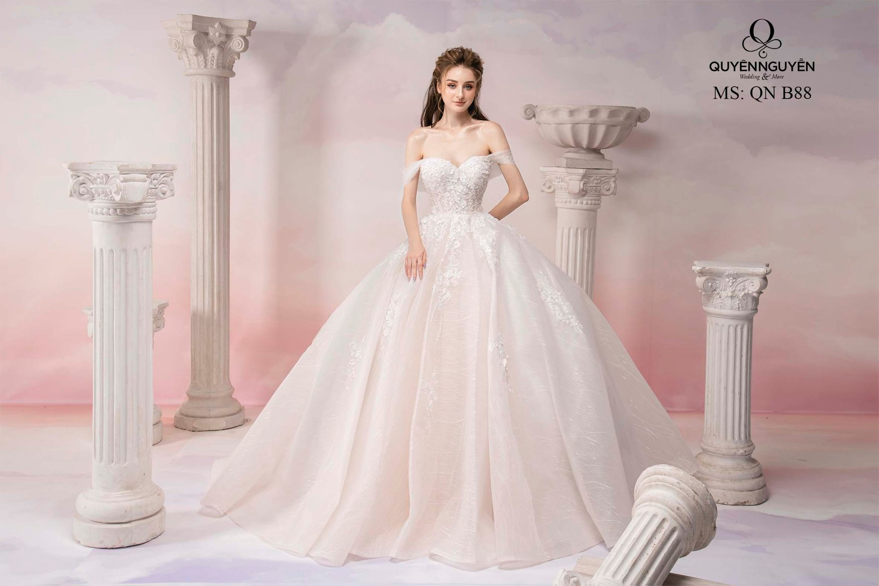 Váy cưới ren trễ vai xòe bồng QNB88