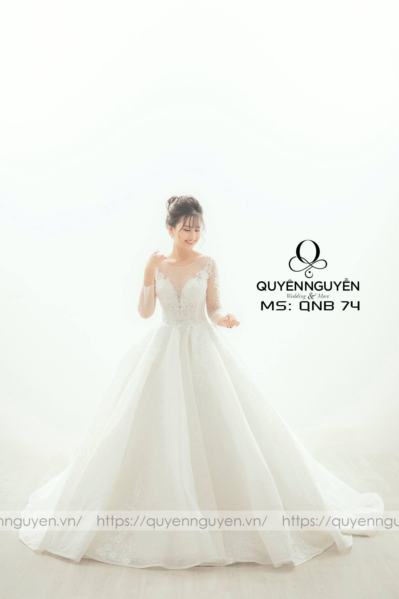 Váy cưới xẻ sâu ren dài tay QNB74
